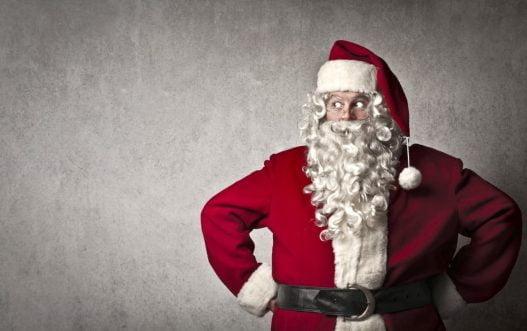 Mand iført julemandsskæg og julemandskostume